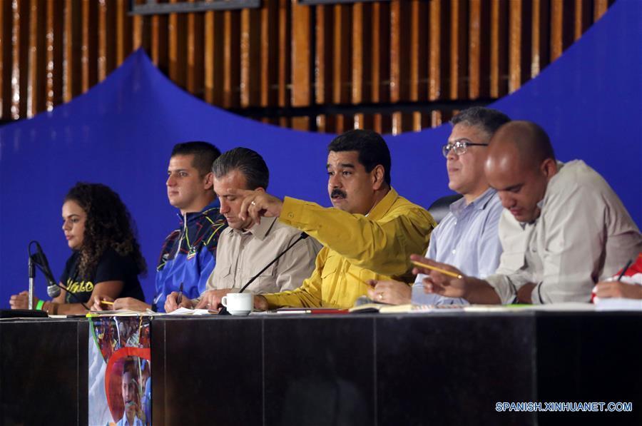 CARACAS, febrero 16, 2017 (Xinhua) -- El presidente de Venezuela, Nicolás Maduro (3-d), encabeza el inicio del Congreso de la Patria Capítulo Juventud, en la sala plenaria del Parque Central, en Caracas, capital de Venezuela, el 16 de febrero de 2017. El presidente venezolano, Nicolás Maduro, encabezó el jueves el Congreso de la Patria Capitulo Juventud, desde el Parque Central en Caracas, en el que se disertarán diversos temas con los jóvenes para el impulso de proyectos y emprendimientos socioproductivos para el desarrollo de la Patria Socialista, de acuerdo con información de la prensa local. (Xinhua/Zurimar Campos/AVN)