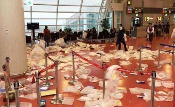 网曝韩国济州机场垃圾遍地照片