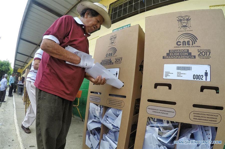 GUAYAS, febrero 19, 2017 (Xinhua) -- Una persona emite su voto, en el colegio 27 de Noviembre, en Salitre, en la provincia del Guayas, Ecuador, el 19 de febrero de 2017. La jornada de elecciones presidenciales y legislativas del domingo transcurre sin contratiempos en Ecuador, en la que han votado hasta el momento 39.44 por ciento de los ecuatorianos habilitados para sufragar, informó el presidente del Consejo Nacional Electoral (CNE), Juan Pablo Pozo. (Xinhua/César Muñoz/ANDES)
