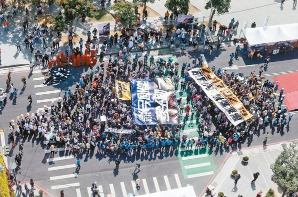 """反空污大游行昨天在台中、高雄登场,参与台中场的民众排成一个台湾图案,高喊""""还我呼吸权""""。"""