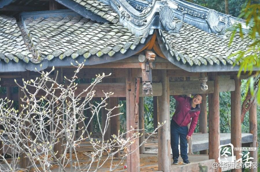 Puesto en el escenario antiguo de teatro, Li Xiaochun mira hacia fuera donde está lleno del ambiente de prosperidad de la primavera. A su parecer, este edificio debe conservar su esqueleto sólo para que los descendientes puedan ver la belleza de la estructura de las construcciones tradicionales a primera vista