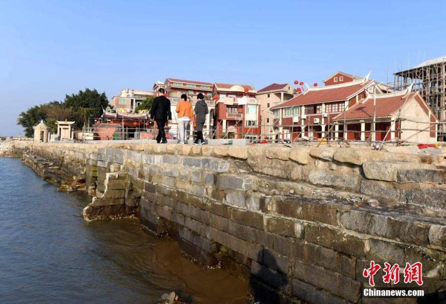 """2月16日,位于福建省石狮市蚶江镇石湖村的""""六胜塔""""和""""石湖码头""""正在进"""