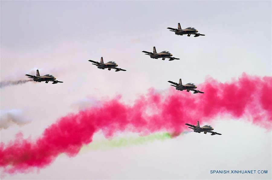 ABU DABI, febrero 20, 2017 (Xinhua) -- Aviones del equipo acrobático Al Fursan participan en un espectáculo militar durante la Exhibición y Conferencia Internacional de Defensa (IDEX, por sus siglas en inglés), en Abu Dabi, Emiratos Arabes Unidos, el 20 de febrero de 2017. De acuerdo con información de la prensa local, el IDEX comenzó en Abu Dabi el 19 de febrero, con un enfoque especial en la tecnología disruptiva. (Xinhua/Zhao Dingzhe)