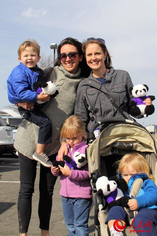 """(2月21日,前来华盛顿杜勒斯国际机场专程为""""宝宝""""送行的美国民众。摄影:高石)"""