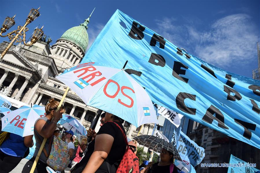 """BUENOS AIRES, febrero 21, 2017 (Xinhua) -- Militantes de la organización Movimiento Barrios de Pie participan durante una jornada de ollas populares y acampe, en Buenos Aires, Argentina, el 21 de febrero de 2017. La jornada de ollas populares y acampe se llevó a cabo en las avenidas Congreso y Retiro, Puente Pueyrredón y el Obelisco en Buenos Aires, y en distintos lugares del país en reclamo por la """"discontinuidad"""" de planes sociales en el área del Ministerio de Trabajo, que según denunciaron los organizadores afectarán a unos 20,000 trabajadores, de acuerdo con información de la prensa local. (Xinhua/Gustavo Amarelle/TELAM)"""