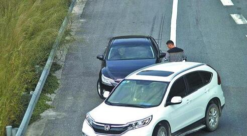 碰瓷团伙在高速路口逼停对方车辆进行敲诈