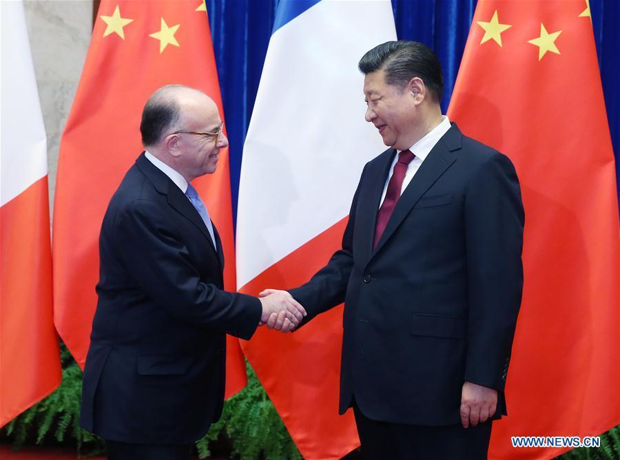BEIJING, 23 février (Xinhua) -- Le président chinois Xi Jinping (à droite) rencontre le Premier ministre français Bernard Cazeneuve à Beijing, capitale de la Chine, le 22 février 2017. (Photo : Yao Dawei)