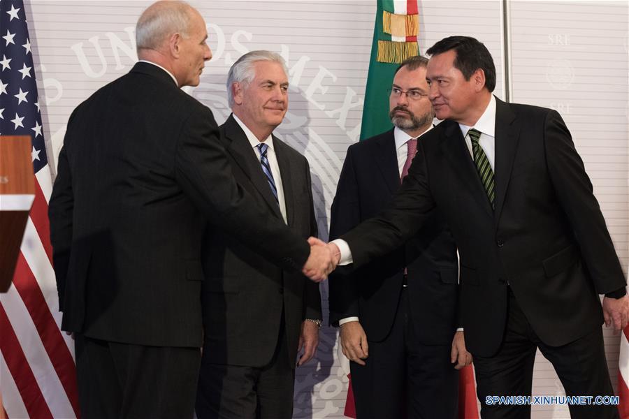 CIUDAD DE MEXICO, febrero 23, 2017 (Xinhua) -- El secretario de Relaciones Exteriores de México, Luis Videgaray (2-d), y el secretario de Gobernación de México, Miguel Angel Osorio Chong (d), y el secretario de Estado de Estados Unidos de América, Rex Tillerson (2-i), y secretario de Seguridad de Estados Unidos de América, John Kelly (i), participan durante una conferencia de prensa conjunta llevada a cabo en la Ciudad de México, capital de México, el 23 de febrero de 2017. El secretario de Relaciones Exteriores de México, Luis Videgaray, dijo en la conferencia de prensa que durante la reunión con los secretaros de Estado y Seguridad de Estados Unidos de América, Rex Tillerson y John Kelly, respectivamente, y el secretario de Gobernación de México, Osorio Chong, se acordó asumir una responsabilidad compartida en el tema de la migración, y que es un proceso que será largo, no sencillo, pero con pasos en la dirección correcta, de acuerdo con información de la prensa local. (Xinhua/Francisco Cañedo)