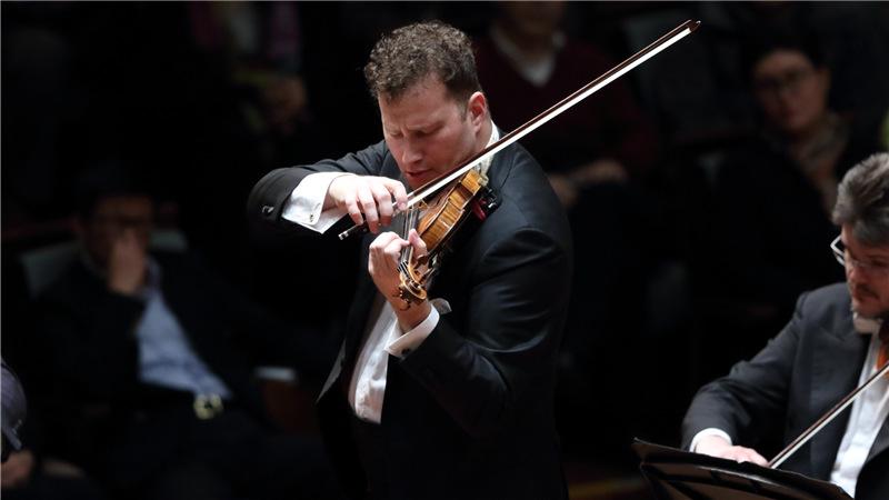 小提琴家尼古拉·齐奈德以精湛的技艺和乐团合作演绎了西贝柳斯的《小提琴协奏曲》  牛小北/摄