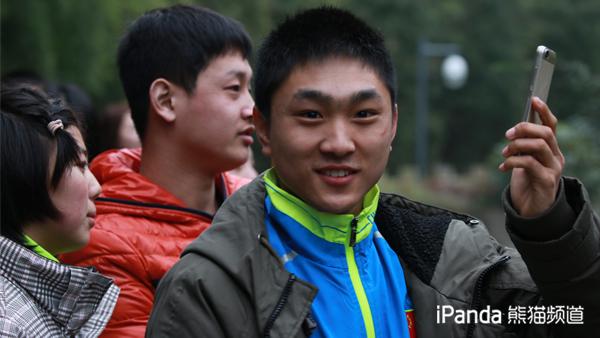 看见大熊猫之后绽放孩童的笑容
