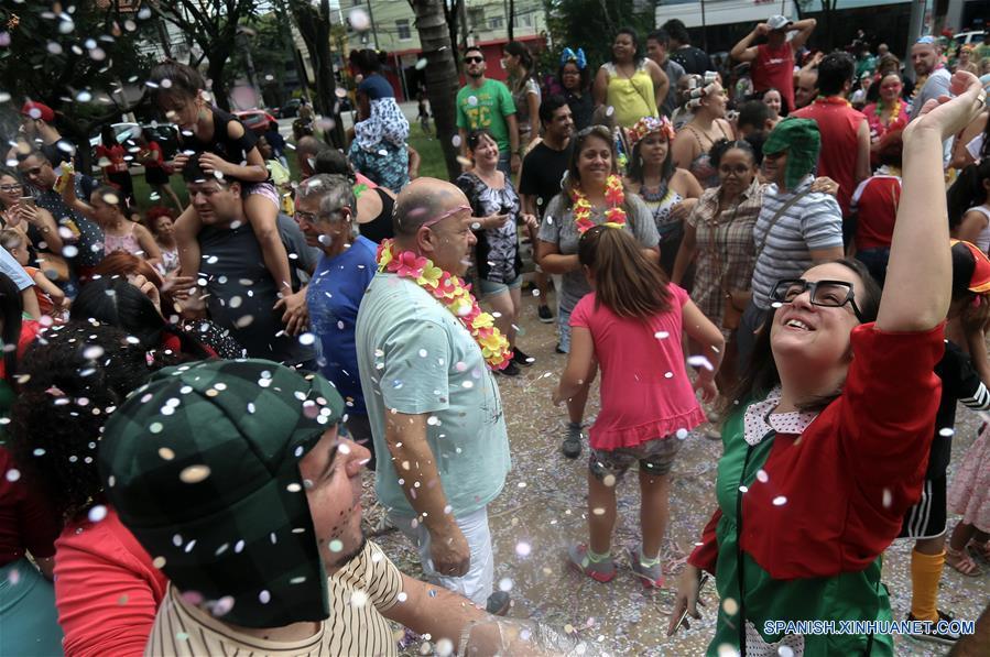 """SAO PAULO, febrero 26, 2017 (Xinhua) -- Personas participan en un desfile denominado """"¡Síganme los Buenos!"""" en Sao Paulo, Brasil, el 26 de febrero de 2017. El tema de este desfile fue inspirado por el programa de televisión mexicano, """"El Chapulín Colorado"""" y los personajes de Roberto Gómez Bolaños, de acuerdo con información de la prensa local. (Xinhua/Rahel Patrasso)"""
