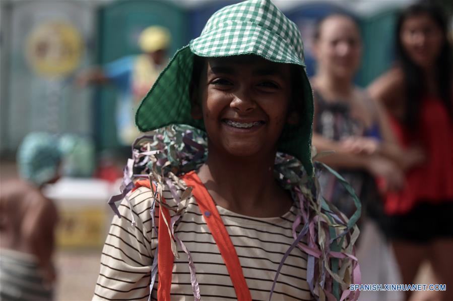 """SAO PAULO, febrero 26, 2017 (Xinhua) -- Un niño disfrazado como el Chavo del 8 participa en un desfile denominado """"¡Síganme los Buenos!"""" en Sao Paulo, Brasil, el 26 de febrero de 2017. El tema de este desfile fue inspirado por el programa de televisión mexicano, """"El Chapulín Colorado"""" y los personajes de Roberto Gómez Bolaños, de acuerdo con información de la prensa local. (Xinhua/Rahel Patrasso)"""