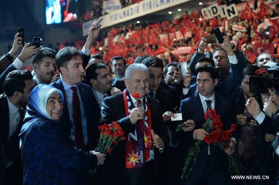 """في الصورة الملتقطة يوم 25 فبراير 2017، رئيس الوزراء التركي بينالي يلدريم (وسط) يحضر حملة دعائية لحزب العدالة والتنمية الحاكم في استاد """"أرينا"""" بالعاصمة التركية أنقرة. ذكرت وسائل الإعلام المحلية، أن حزب العدالة والتنمية الحاكم في تركيا بدأ يوم السبت، حملة """"نعم"""" التي تدعو إلى الموافقة على الاستفتاء الدستوري المقرر في 16 إبريل القادم. (شينخوا / مصطفى كايا)"""