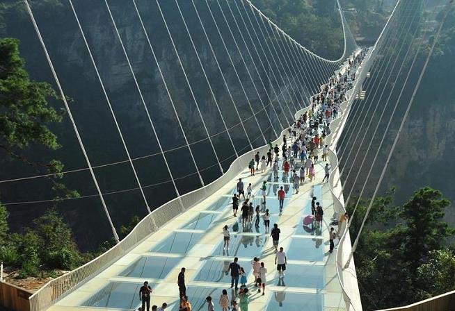 央视网消息(记者 樊帆):2月27日,张家界大峡谷玻璃桥景区,游人如