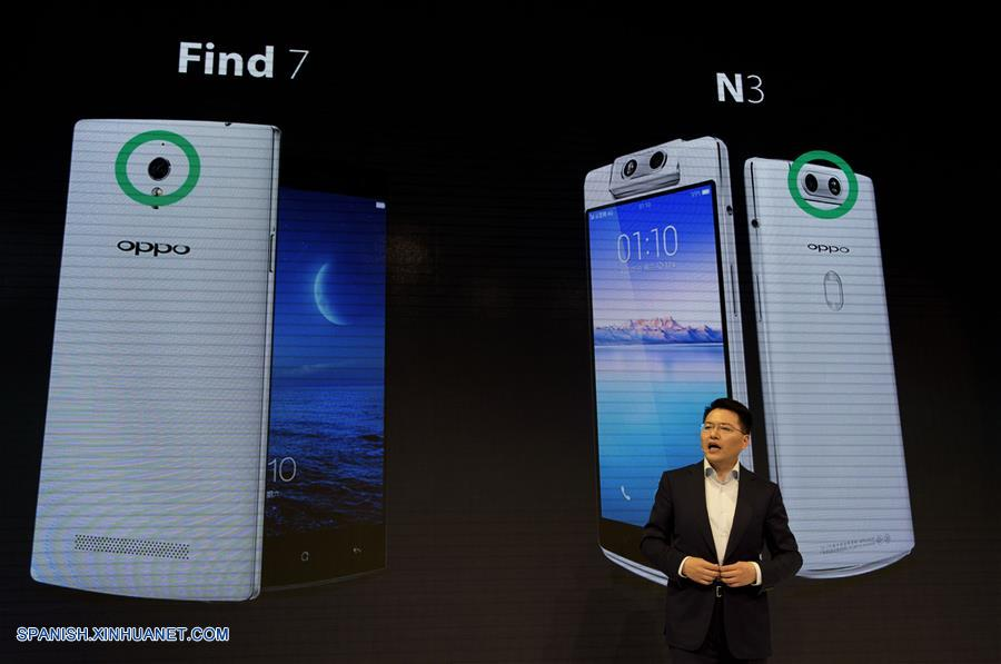 BARCELONA, febrero 27, 2017 (Xinhua) -- Andy Jiang, de la compañía de teléfonos móviles OPPO, presenta nuevos dispositivos durante el Congreso Mundial de Móviles (MWC, por sus siglas en inglés) 2017 en Barcelona, España, el 27 de febrero de 2017. (Xinhua/Lino de Vallier)