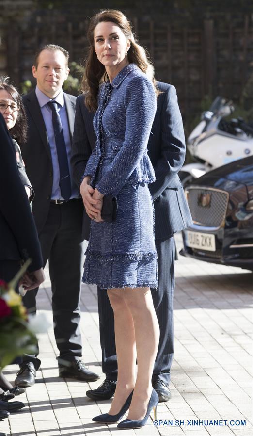 Catalina (frente), duquesa de Cambridge, reacciona durante su visita para inaugurar oficialmente el alojamiento para familiares de los niños que están siendo atendidos en el Hospital para Niños Evelina de Londres, la Casa Ronald McDonald Evelina de Londres, en la ciudad de Londres, Reino Unido, el 28 de febrero de 2017. (Xinhua/Str)