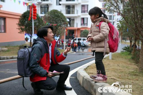 9岁女孩程桂英和央视网记者交谈