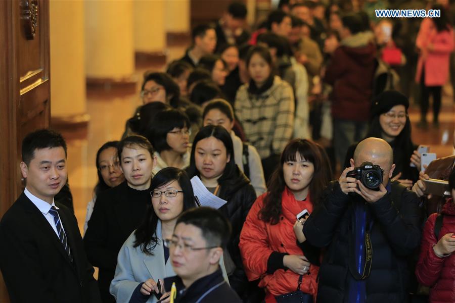 Les journalistes couvrant la 5e session du 12e Comité national de la CCPPC reçoivent leurs accréditations