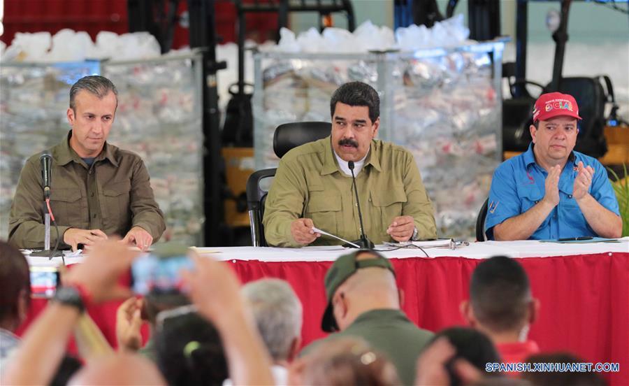 """SUCRE, marzo 1, 2017 (Xinhua) -- Imagen cedida por la Presidencia de Venezuela, del presidente venezolano, Nicolás Maduro (c), pronunciando un discurso durante la inauguración del Centro de Empaquetado de Alimentos para los Comités Locales de Abastecimiento y Producción (CLAP) en Cumaná, estado Sucre, Venezuela, el 1 de marzo de 2017. El presidente de Venezuela, Nicolás Maduro, insistió el miércoles en la necesidad de encaminar mejores relaciones con su homólogo estadounidense, Donald Trump, quien recientemente ha asegurado tener """"problemas"""" con Venezuela. """"Yo quiero procesar las diferencias (con el gobierno de Estados Unidos) por la vía del diálogo respetuoso, ojalá se pueda; por la vía de la altura diplomática, ojalá se pueda"""", expresó Maduro durante un acto popular en el estado de Sucre, en el este del país.(Xinhua/Presidencia de Venezuela)"""