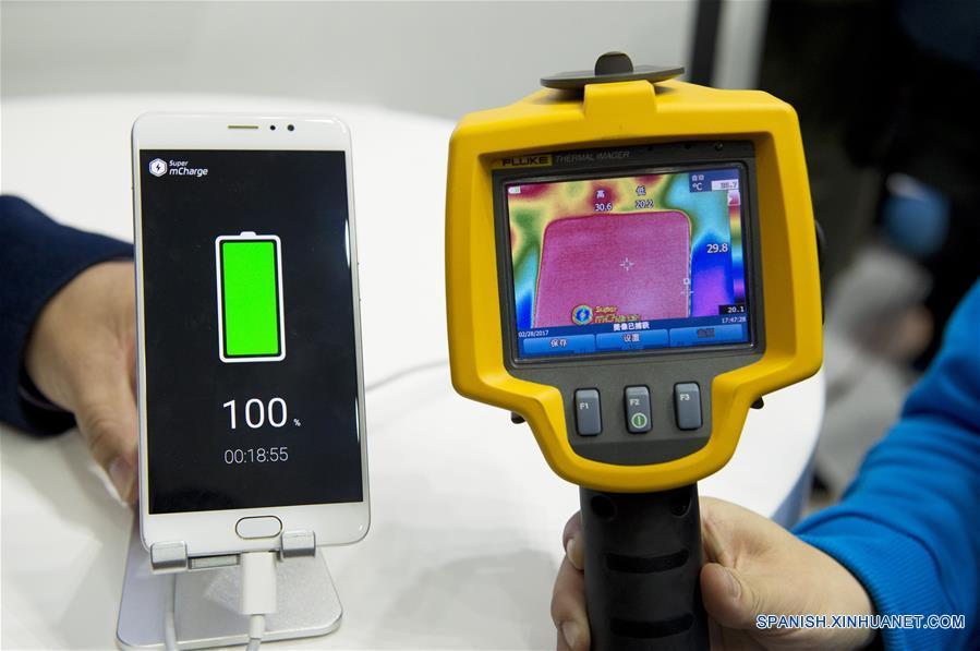 BARCELONA, febrero 28, 2017 (Xinhua) -- Un trabajador del fabricante de teléfonos inteligentes Meizu muestra la temperatura de un dispositivo luego de la carga de la batería alcanzando los 30 grados centígrados, durante el Congreso Mundial de Móviles (MWC, por sus siglas en inglés) 2017, en Barcelona, España, el 28 de febrero de 2017. La empresa Meizu presenta la tecnología Super mCharge permitiendo una carga completa de la batería del dispositivo en aproximadamente 20 minutos, durante el segundo día del Congreso Mundial de Móviles 2017. (Xinhua/Lino De Vallier)
