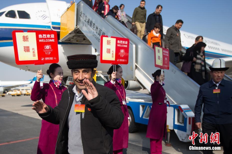 3月2日,参加十二届全国人大五次会议的新疆代表团乘飞机抵达北京首都国际机场。中新社记者 泱波 摄