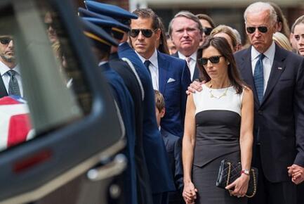 2015年6月6日,在博·拜登的葬礼上,亨特·拜登(右三)站在海利(右二)旁边