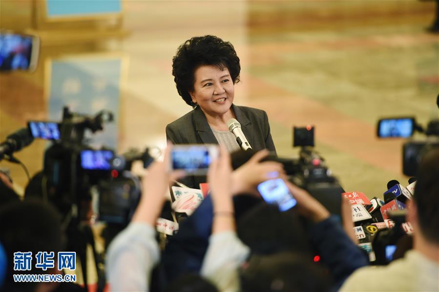 3月3日,中国人民政治协商会议第十二届全国委员会第五次会议在北京人民大会堂开幕。这是国务院侨务办公室主任裘援平接受采访。新华社记者薛玉斌摄