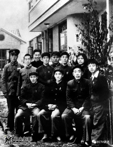 雷锋在望城县委份工作期间与县委领导与同事合影。雷锋(第一排 右一)、张兴玉(第一排 右二)。