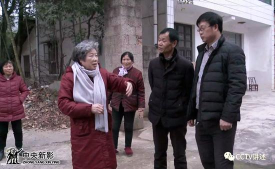 冯健与家乡西塘村的村干部回忆雷锋