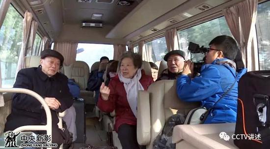 摄制组跟随雷锋朋友、同事前往团山湖农场
