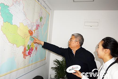 劉永富主任向記者介紹全國扶貧開發工作重點區域(央視網記者郭城 攝)