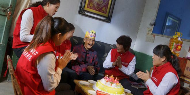 """门金梅带领""""三八雷锋班""""姐妹们给老人过生日。图片来源:河南省文明办"""