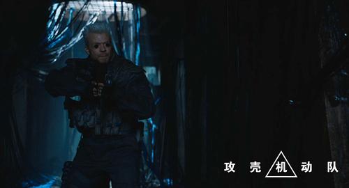 皮鲁_埃斯贝克饰演的巴特持枪戒备