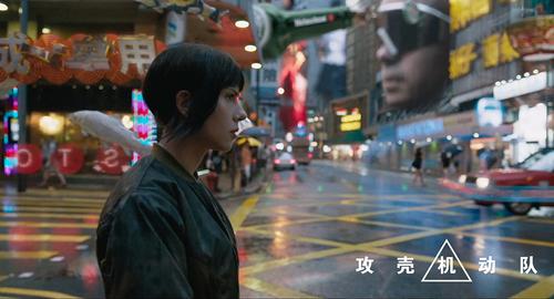 少佐行走在充满虚拟现实的未来都市