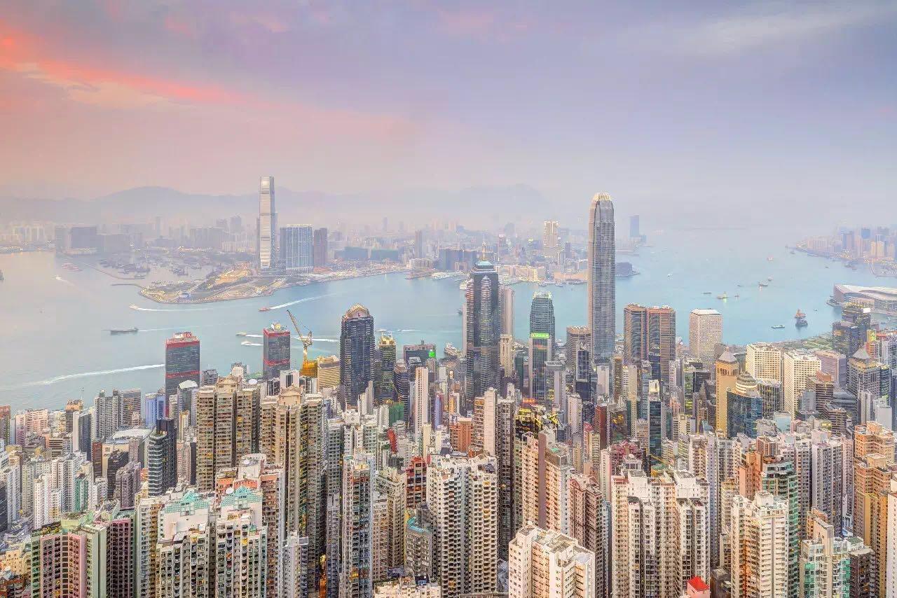 欢迎来到世界上最让人眼花缭乱的城市之一,摩天大楼从陡峭的山丘上拔地而起,近距离观察定会不虚此行。