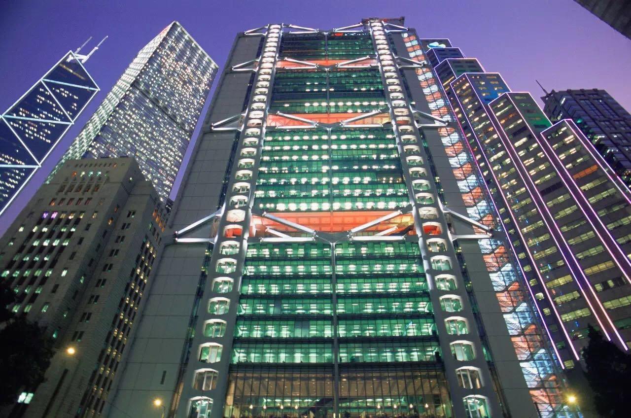 汇丰银行大楼外墙正在进行音乐和激光多媒体表演