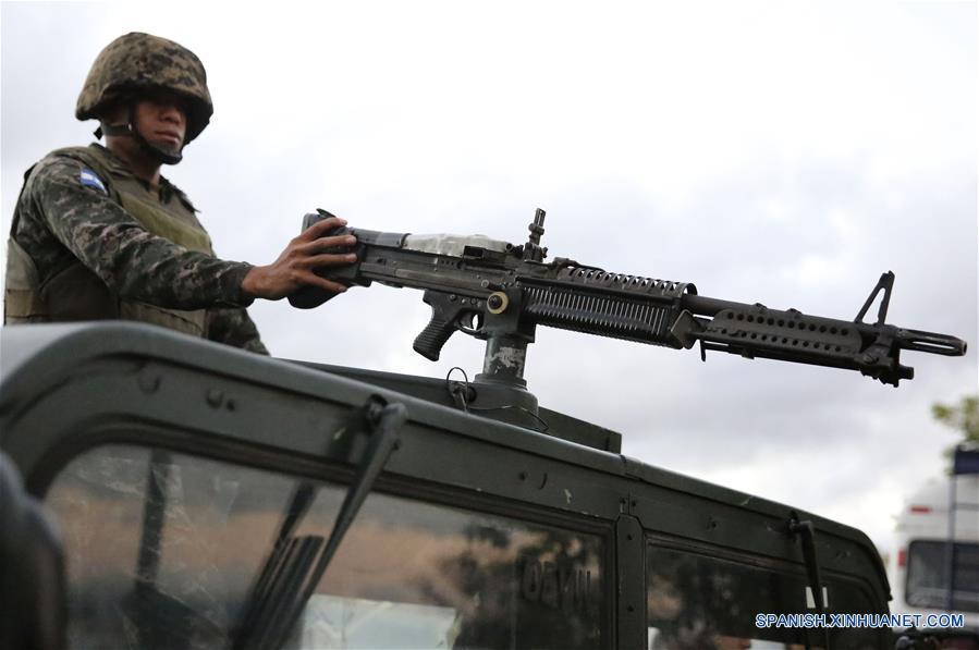 TEGUCIGALPA, marzo 6, 2017 (Xinhua) -- Un miembro de las Fuerzas Armadas de Honduras permanece sobre un vehículo militar previo a custodiar material electoral para ser distribuido en distintas partes del país, previo a las elecciones primarias, en Tegucigalpa, Honduras, el 6 de marzo de 2017. De acuerdo con información de la prensa local, las elecciones primarias se llevarán a cabo en Honduras el 12 de marzo. (Xinhua/Rafael Ochoa)