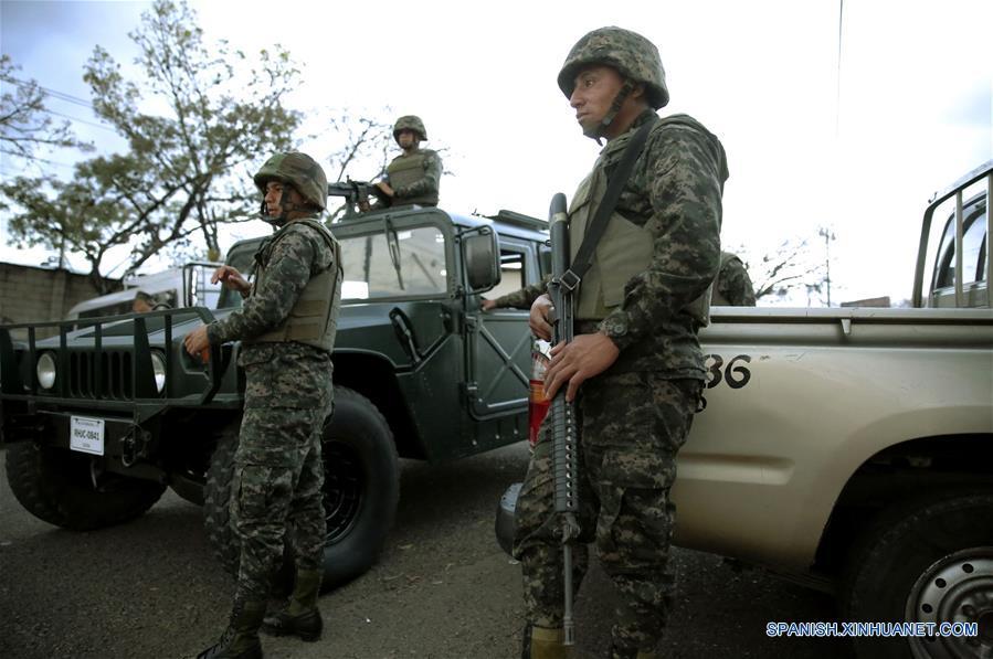 TEGUCIGALPA, marzo 6, 2017 (Xinhua) -- Miembros de las Fuerzas Armadas de Honduras permanecen frente a sus vehículos, previo a custodiar material electoral para ser distribuido en distintas partes del país, previo a las elecciones primarias, en Tegucigalpa, Honduras, el 6 de marzo de 2017. De acuerdo con información de la prensa local, las elecciones primarias se llevarán a cabo en Honduras el 12 de marzo. (Xinhua/Rafael Ochoa)