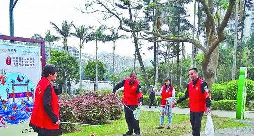 ■湖里公园驿站的志愿者在清洁环境。