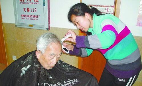 赵亚娟到爱心护理院为老人理发。
