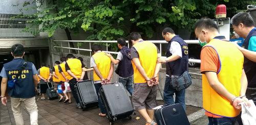 台湾人涉跨境诈骗案频传,图为去年遣返在印度尼西亚涉诈台籍嫌犯。(网络图)