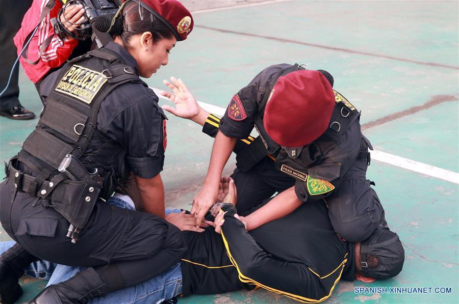 """Policías femeniles que integran el Escuadrón de Emergencia de la Policía Nacional de Perú (PNP) participan en una demostración durante la celebración del Día Internacional de la Mujer, en Lima, Perú, el 7 de marzo de 2017. El tema central del Día Internacional de la Mujer de 2017 de la Organización de las Naciones Unidas (ONU), que se celebrará el 8 de marzo, será """"Las mujeres en un mundo laboral en transformación: hacia un planeta 50-50 en 2030"""". (Xinhua/Norman Córdova/ANDINA)"""