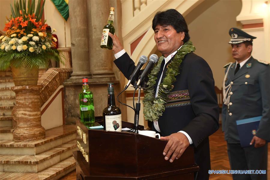 LA PAZ, marzo 8, 2017 (Xinhua) -- El presidente boliviano, Evo Morales (i), encabeza el acto de promulgación de la Ley General de la Hoja de Coca, en el Palacio Quemado en La Paz, Bolivia, el 8 de marzo de 2017. El presidente de Bolivia, Evo Morales, promulgó el miércoles la Ley General de la Hoja de Coca (Ley 906) que amplía de 12,000 a 22,000 el número de hectáreas para el cultivo legal de la planta en el país sudamericano. (Xinhua/Enzo De Luca/ABI)