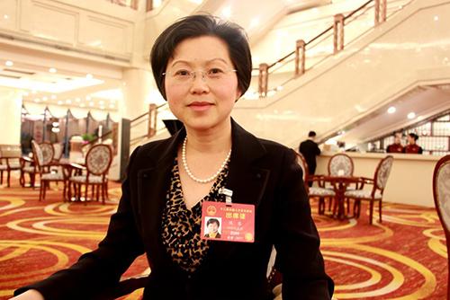 人大代表侯蓉在代表驻地接受央视网记者采访
