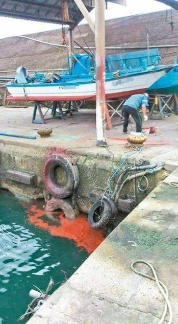 黄姓船主去年11月间,将剩余红漆倒进海里,事后被依法函送开罚3万元罚金。图/台湾《联合报》l资料照片
