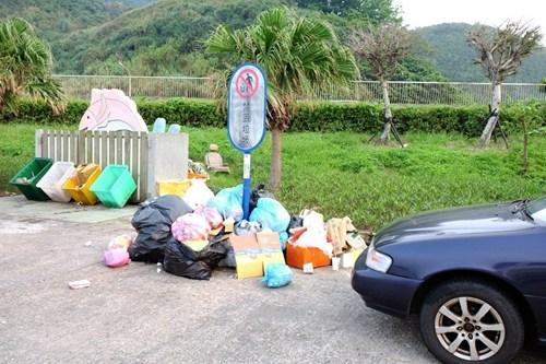 部分住户缺乏公德心,把家庭垃圾乱丢在渔港,造成环境脏乱不堪。来源:台湾《联合报》