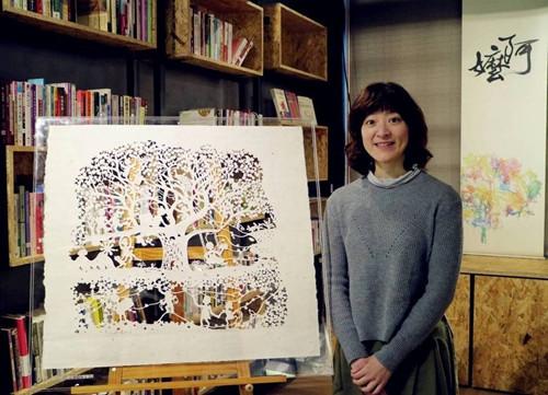 """纸雕家林文贞为""""阿嬷家""""创作的作品""""阿嬷家的生命树""""。图/妇援会提供"""