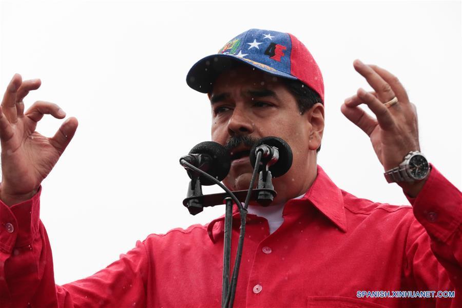 """CARACAS, marzo 9, 2017 (Xinhua) -- El presidente venezolano, Nicolás Maduro, pronuncia un discurso durante una movilización por el Día Antiimperialista, en Caracas, Venezuela, el 9 de marzo de 2017. El presidente de Venezuela, Nicolás Maduro, dijo el jueves, durante la jornada nacional """"Día Antiimperialista"""", que la voz de su país representa un """"clamor por la paz"""" del mundo. El sector oficialista de Venezuela realiza el jueves una movilización por el Día Antiimperialista, decretado en 2015 por el presidente Nicolás Maduro, en respuesta a Estados Unidos de América que declaró al país sudamericano como """"amenaza inusual y extraordinaria"""". (Xinhua/Prensa Presidencial/AVN)"""