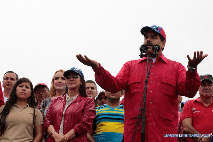 """CARACAS, marzo 9, 2017 (Xinhua) -- El presidente venezolano, Nicolás Maduro (d-frente), pronuncia un discurso durante una movilización por el Día Antiimperialista, en Caracas, Venezuela, el 9 de marzo de 2017. El presidente de Venezuela, Nicolás Maduro, dijo el jueves, durante la jornada nacional """"Día Antiimperialista"""", que la voz de su país representa un """"clamor por la paz"""" del mundo. El sector oficialista de Venezuela realiza el jueves una movilización por el Día Antiimperialista, decretado en 2015 por el presidente Nicolás Maduro, en respuesta a Estados Unidos de América que declaró al país sudamericano como """"amenaza inusual y extraordinaria"""". (Xinhua/Prensa Presidencial/AVN)"""