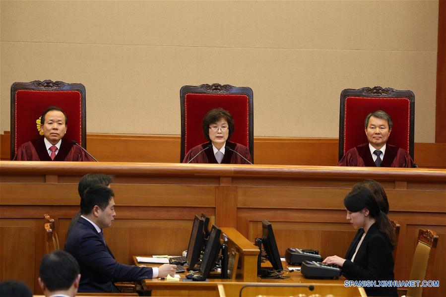 SEUL, marzo 10, 2017 (Xinhua) -- Vista de la sesión del Tribunal Constitucional sobre la destitución de Park Geun-hye, en Seúl, República de Corea, el 10 de marzo de 2017. La presidenta surcoreana, Park Geun-hye, fue despojada de su cargo el viernes después de que el Tribunal Constitucional ratificase su destitución por su implicación en un escándalo de corrupción. (Xinhua/Pool)